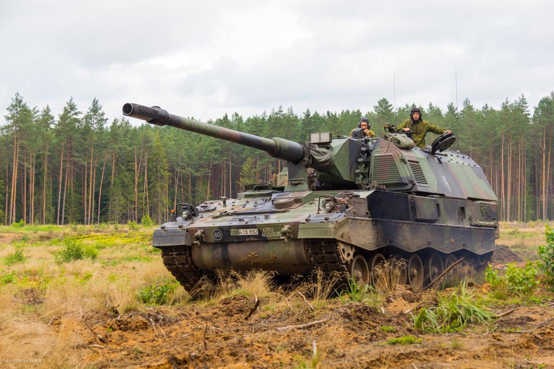 """Egy német Panzerhaubitze 2000 Litvániában a """"lángoló mennydörgés"""" hadgyakorlaton 2016 augusztusában."""