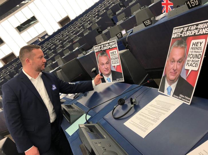 MSZP EP-képviselője, Ujhelyi István, kijelölte Orbán Viktor helyét az EP plenáris üléstermében a szélsőjobboldali frakcióban.