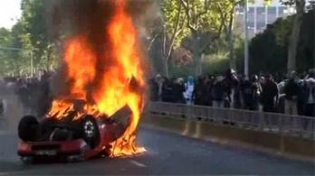 Autókat gyújtottak a korai nyugdíjért
