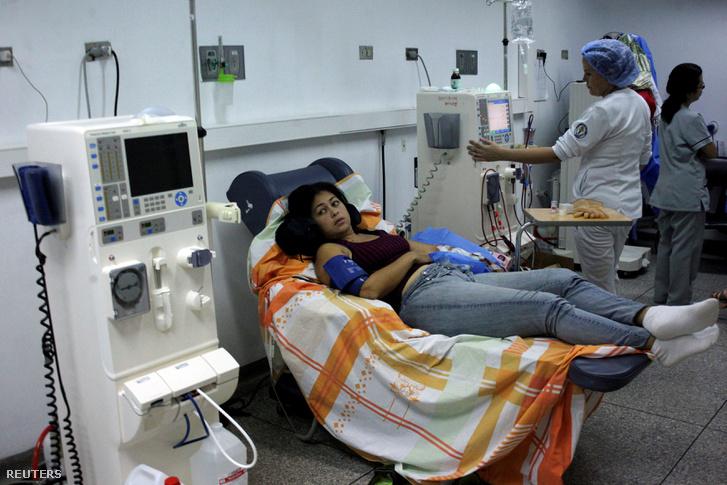 Vesebeteg páciens kap kezelést a San Cristobal kórházban, ahol generátor szolgáltatja a kezeléshez szükséges áramot 2019. március 11-én