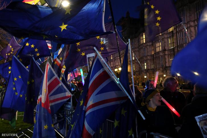 Brexit-ellenes tüntetők Londonban a parlament előtt