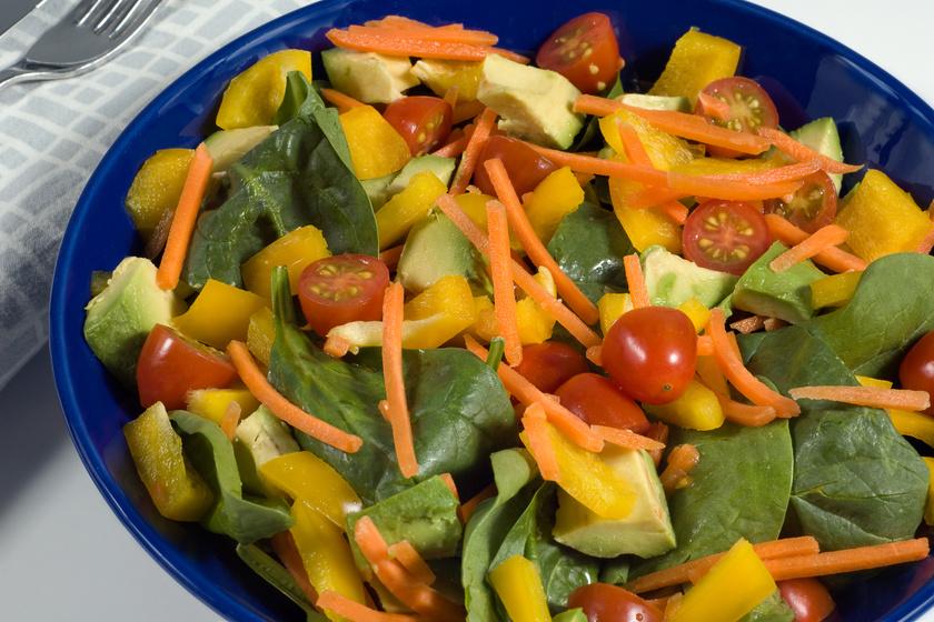 Paradicsomos, spenótos saláta: tökéletes vacsora lehet belőle pár perc alatt