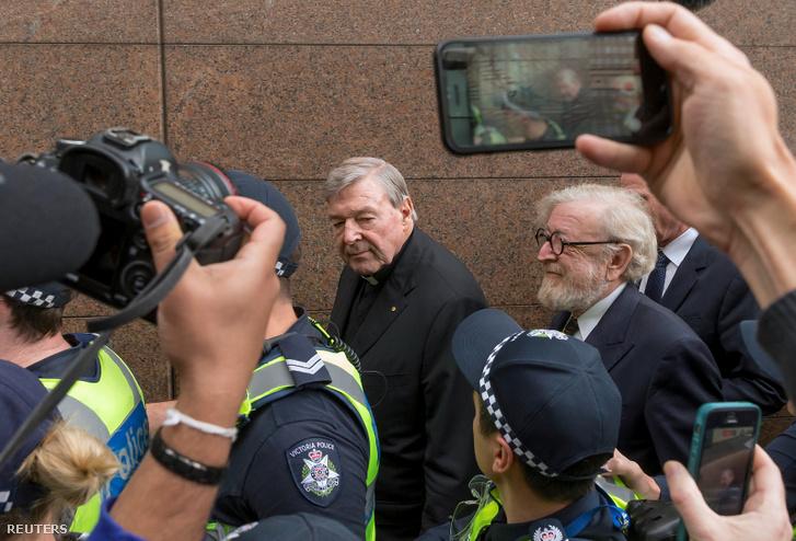 George Pell bíborost és ügyvédjét rendőrök kísérik a tárgyalóterembe 2019. március 13-án Melbourne-ben.
