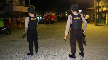 Rátörték a rendőrök az ajtót, gyerekével együtt felrobbantotta magát