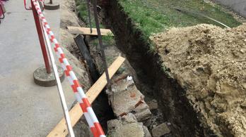 Újraélesztettek egy munkást Zuglóban, amikor árokásás közben rádőlt a téglafal