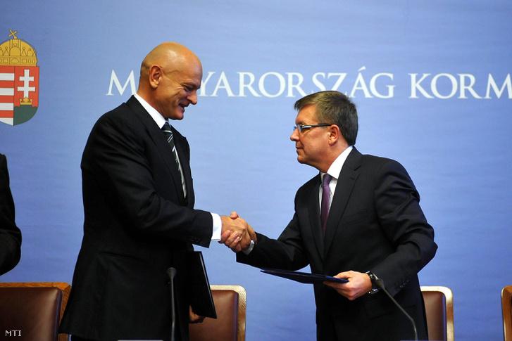 Patai Mihály, a Bankszövetség elnöke és Matolcsy György nemzetgazdasági miniszter kezet fognak, miután megállapodást írtak alá a Miniszterelnökségen 2011. december 15-én