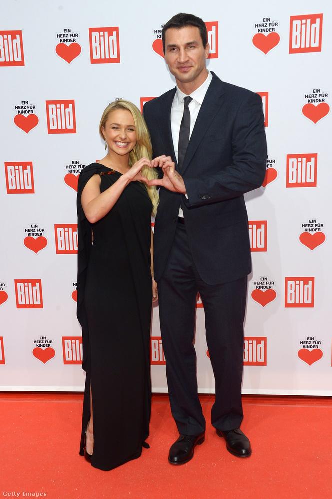 Hogy ne legyen túl sok focista, jöjjön gyorsan egy bokszoló: Wladimir Klitschko és mellette pöttömnek tűnő szerelme, Hayden Panettiere színésznő.