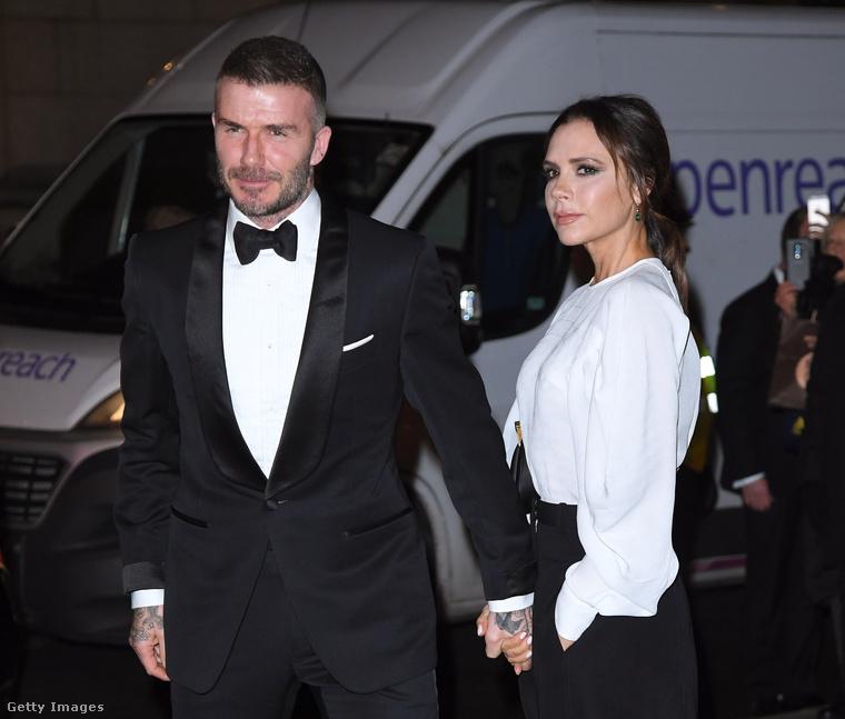 Muszáj rögtön Beckhamékkel folytatnunk, akiknek idén nyáron lesz a huszadik házassági évfordulójuk! Feltételezzük, hogy ön is tisztában van a legfontosabb részletekkel, azaz azzal, hogy David Beckham futballista (vagy legalábbis az volt, amikor összeházasodtak), Victoria Beckham pedig énekesnő (vagy legalábbis az volt, amikor összeházasodtak)