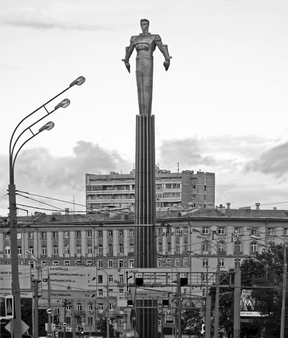 A szovjet Rocketeer: Jurij Gagarin, az első űrhajós 43 méter magas szobra a róla elnevezett téren. Gagarin volt az első ember a történelemben, aki az űrben járt: 1961. április 12-én körberepülte a Földet a Vosztok-1 űrhajó fedélzetén. A szobor titánból – az űrhajózásban gyakran használt fémből – készült, 1980 óta magasodik a Lenin sugárút fölé.