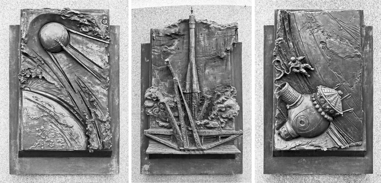 A kozmosz emlékművel szemközt áll Szergej Koroljov, a szovjet rakétatervezés atyjának emlékműve, a szobor talapzatát domborművek díszítik: az első műhold, bajkonuri rakétastart, és Alekszej Leonov történelmi űrsétája látható rajtuk.