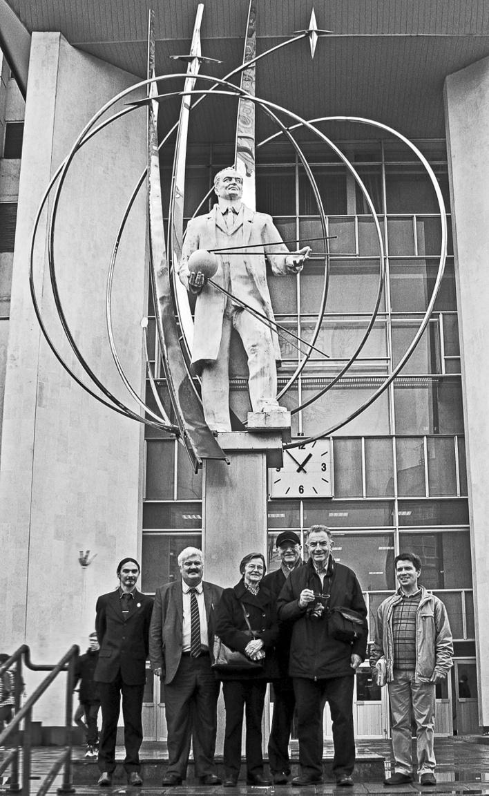 A könyv szerzői Szergej Koroljov rakétamérnök, a szovjet űrprogram atyjának szobra előtt. (Balról a harmadik: Hargittai Magdolna, fényképezőgéppel a nyakában Hargittai István.) Koroljov kezében az első műhold, a Szputnyik modellje, alakját orbitális pályákra emlékeztető körök, ívek veszik körül.