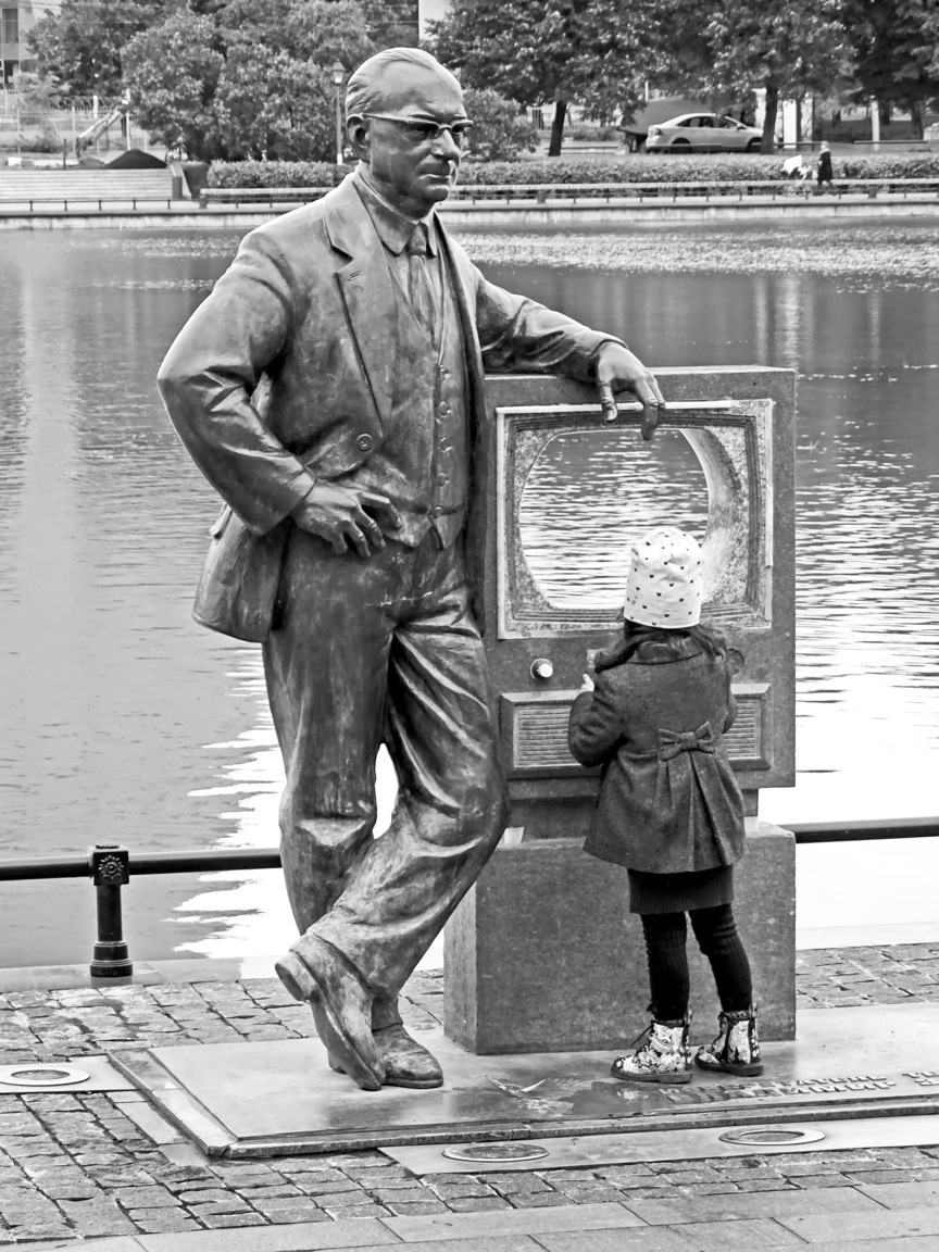 Vladimir K. Zvorikin szobra a televízióval, az Osztankino parkban. Az orosz származású mérnök a televíziós technológia egyik úttörője, a katódsugárcsöves képátvitel kidolgozója volt, nem véletlenül áll a szobra a moszkvai tévétorony melletti parkban.