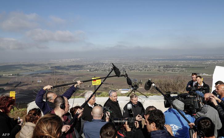 Balról-jobbra: amerika izraeli nagykövete David Friedman, Benjamin Netanyahu, Lindsey Graham, amerikai szenátor a Golán-fennsíknál tartanak sajtótájékoztatót 2019. március 11-én