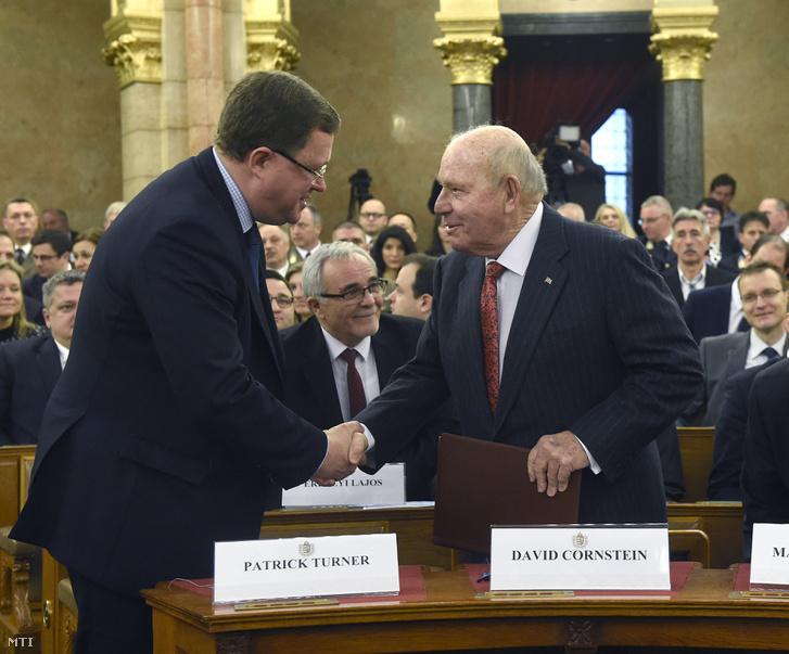 Patrik Turner, a NATO főtitkárhelyettese (b) és David Cornstein budapesti amerikai nagykövete.