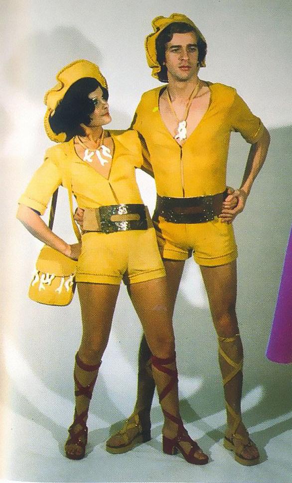 Sárga forrónacis overál a férfin és a nőn is: nem éppen a legjobb párosítás.