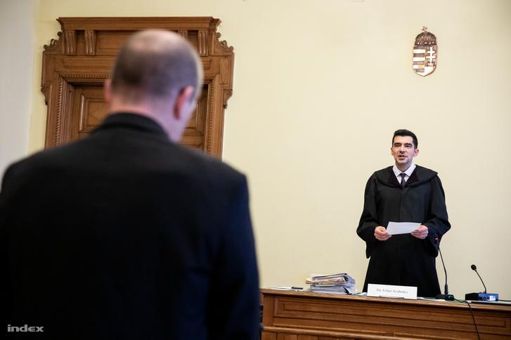 Dr. Fehér Szabolcs bíró ítéletet hírdet