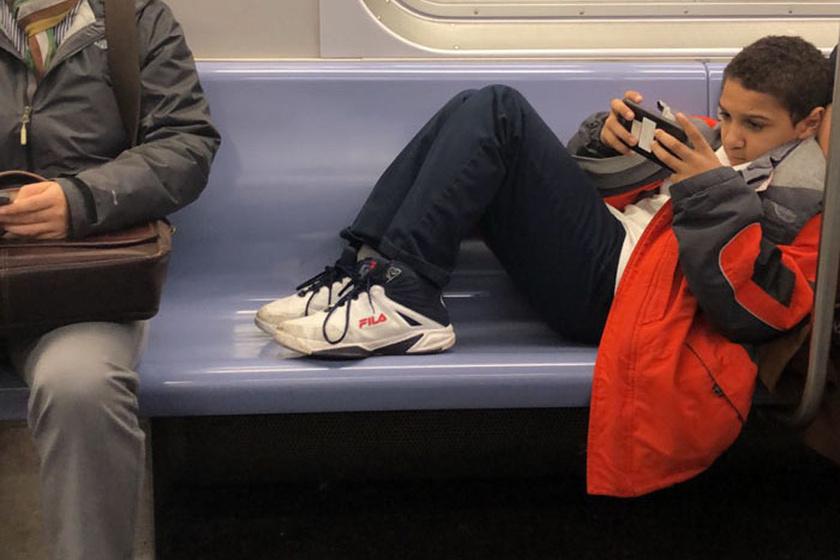A kisfiú és a kísérője is teljesen belefeledkezett a saját okostelefonjába. Amikor többen felszálltak, és szükség lett volna a helyre, megkérték, hogy vegye le a lábát, ő azonban nem is reagált.