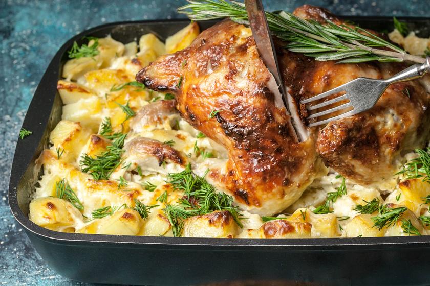 Sajtszószos krumpliágyon sült rozmaringos csirke: szaftos, omlós és nagyon finom