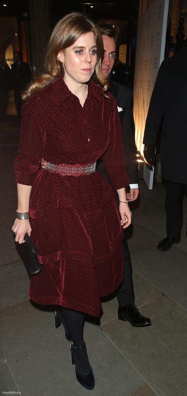 De itt van Beatrix hercegnő, aki ugyanúgy II