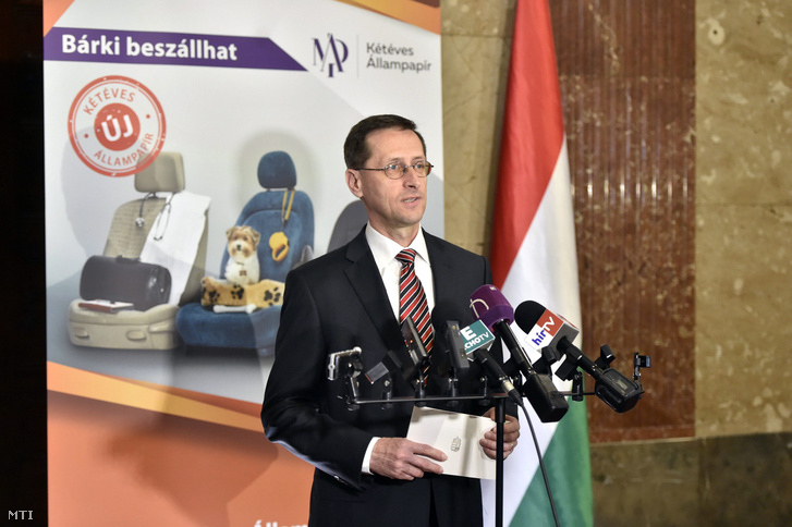 Varga Mihály miniszter az új kétéves futamidejű államkötvényt bejelentő sajtótájékoztatón a Nemzetgazdasági Minisztériumban 2017. április 3-án.