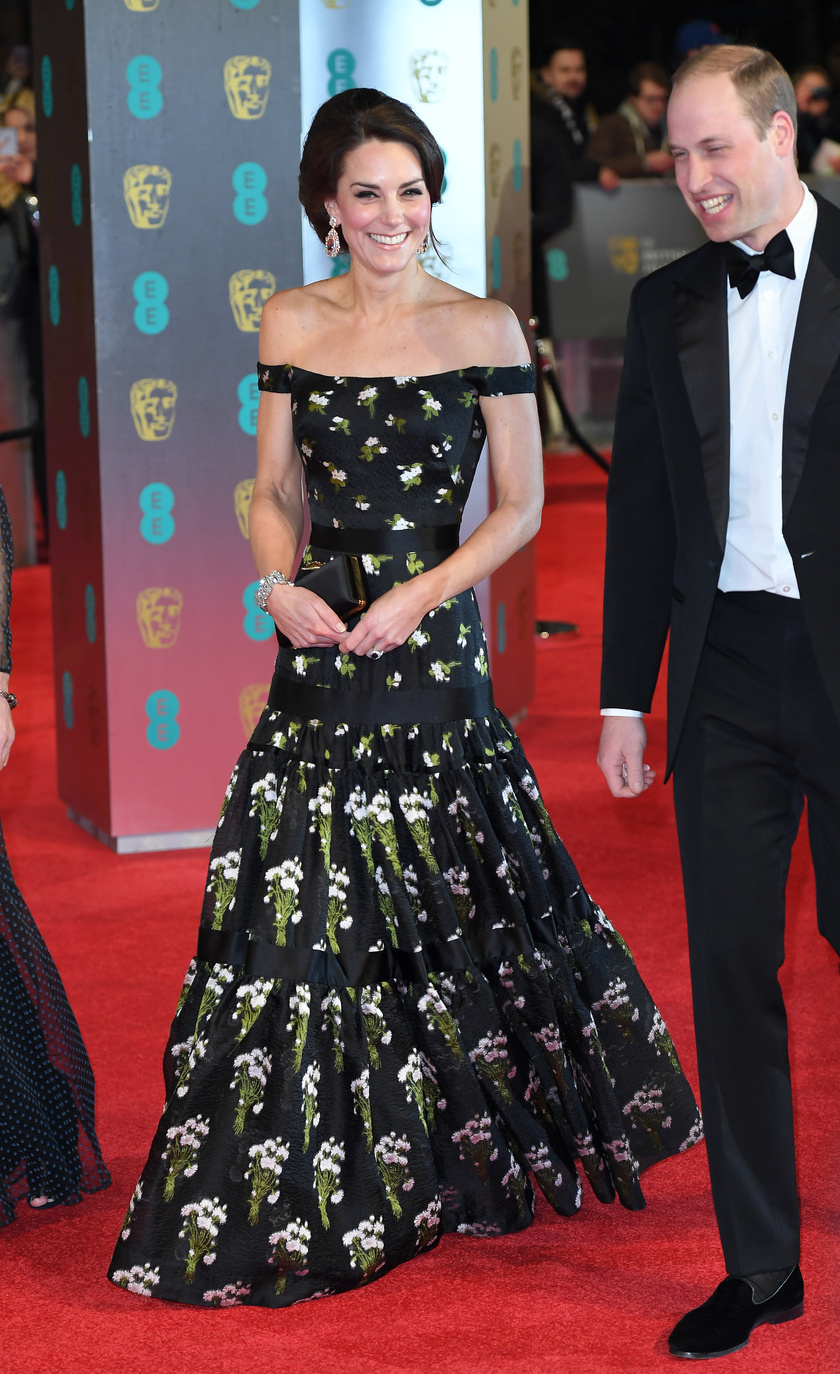 Így viselte először a ruhát, a 2017-es BAFTA-díjkiosztón.