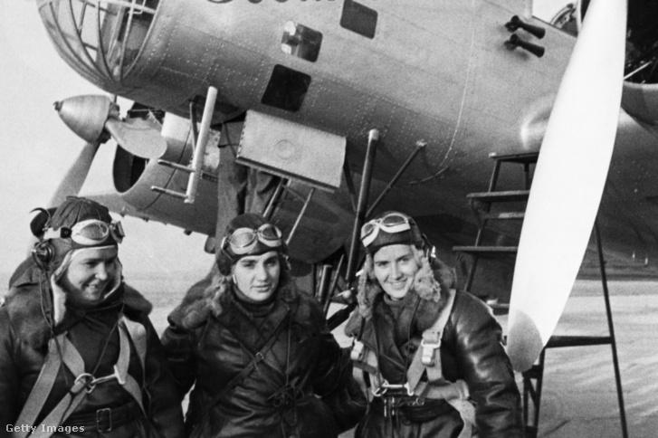 Polina Oszipenko (a repülőgép parancsnoka), Valentina Grizodubova (navigátor) és Marina Raszkova főhadnagy