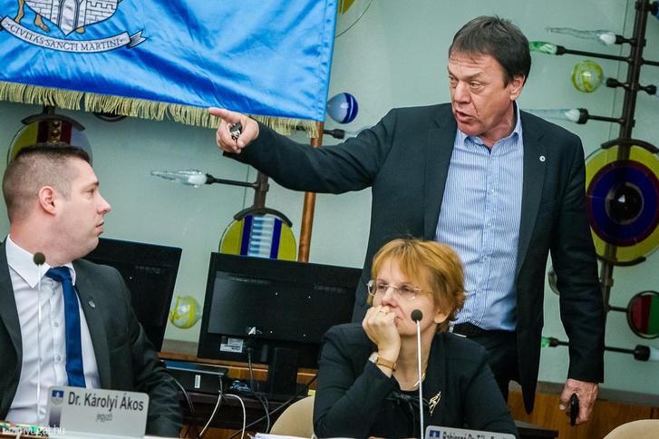 Molnár Miklós alpolgármester véleményt nyilvánít a közgyűlésen 2019. március 13-án