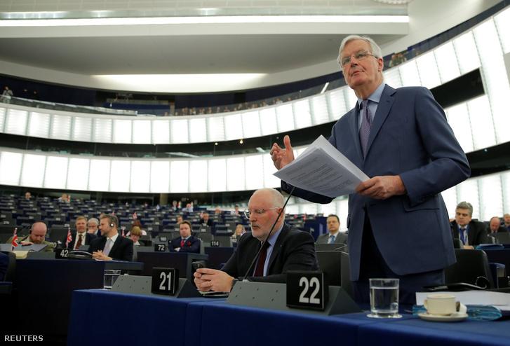 Michel Barnier (jobbra) beszél a Brexitről az Európai Parlamentben, Brüsszelben 2019. március 13-án, mellette Frans Timmermans
