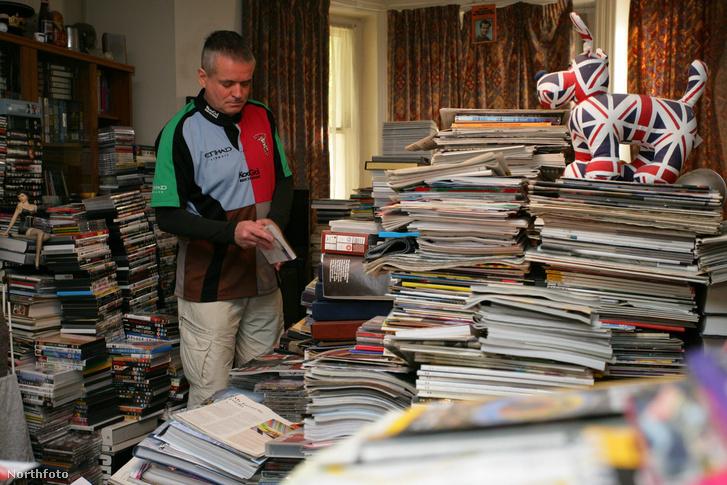 Magazinokat gyűjtő kóros gyűjtögető otthonában az Egyesült Királyságban