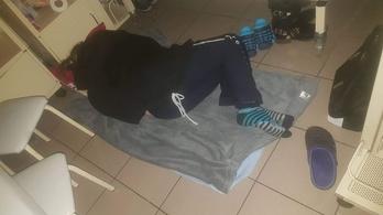 Hiába kapott húsz ágyat a Debreceni Gyermekklinika, a szülők továbbra is a földön alszanak