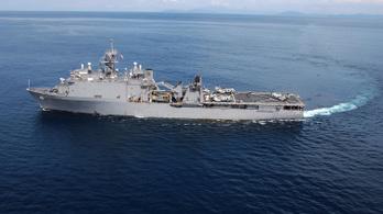 Járvány miatt vesztegel hónapok óta a tengeren egy amerikai hadihajó