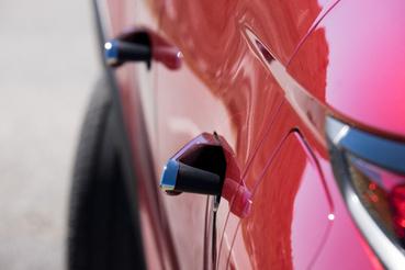 Aki a megfelelő kulccsal közeledik az autóhoz, annak kiugranak a kilincsek