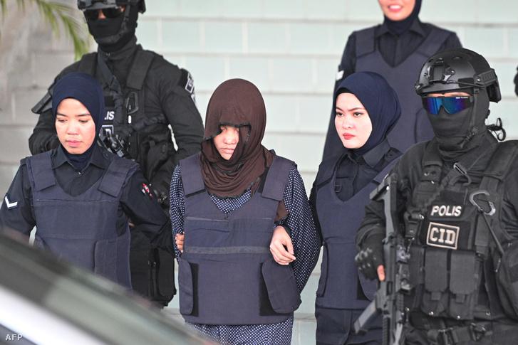 Doan Thi Huong (középen), Kim Dzsongun féltestvérének meggyilkolása miatt elfogott vietnámi nő a bíróság előtt Kuala Lumpurban 2019. március 11-én