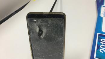 A telefonjával védett ki egy felé szálló nyílvesszőt