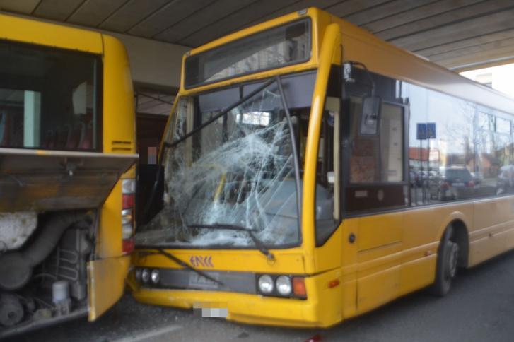 Az ütközéstől az első busz vezetője mellett álló utas, illetve az okozó jármű sofőrje megsérültek, őket a mentők kórházba vitték.