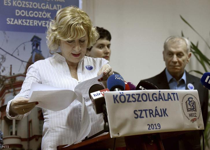 Boros Péterné, a Magyar Köztisztviselők, Közalkalmazottak és Közszolgálati Dolgozók Szakszervezete (MKKSZ) elnöke a közszolgálati sztrájk menetét és céljait ismertető sajtótájékoztatón az MKKSZ székházában 2019. január 17-én