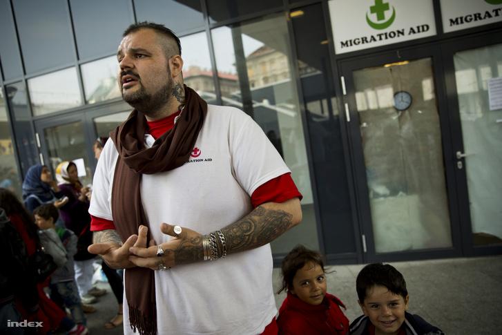 A Migration aid aktivistája a Keleti pályaudvaron kialakított tranzitzónában 2015. augusztus 27-én