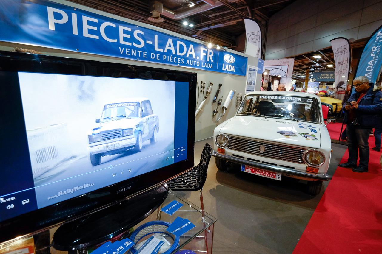 Kin volt a francia Lada-stand is, alkatrészekkel, egy szem autóval. Ezt a kereklámpást 6000 euróért adták - egész szép volt, de nagyon nem az a szint, amit nálunk másfélért mérnek. Nem ez az érdekes, hanem hogy - amolyan kedvcsinálónak - mentek ladás ralivideók is. A magyar bajnokságról... Lol!