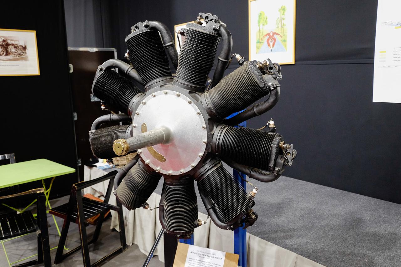 Rendkívül korai, kilenc hengeres Le Rhone-csillagmotor, természetesen repülőgépé, 15 000 köbcentiből 110 lóerőt tudott 1200-as fordulaton. Az 1912-ben készült, 149 kilós motornak több különlegessége is van: az egész együtt forog a propellerrel, egy, központi karburátora van, amely az üreges főtengelyen át a dugattyúk aljához juttatja az üzemanyagot, s a hörgő (tehát nem vezérelt) szívószelepek a dugattyúkban laknak. 18 000 példányt készítettek ezekből, hihetetlen