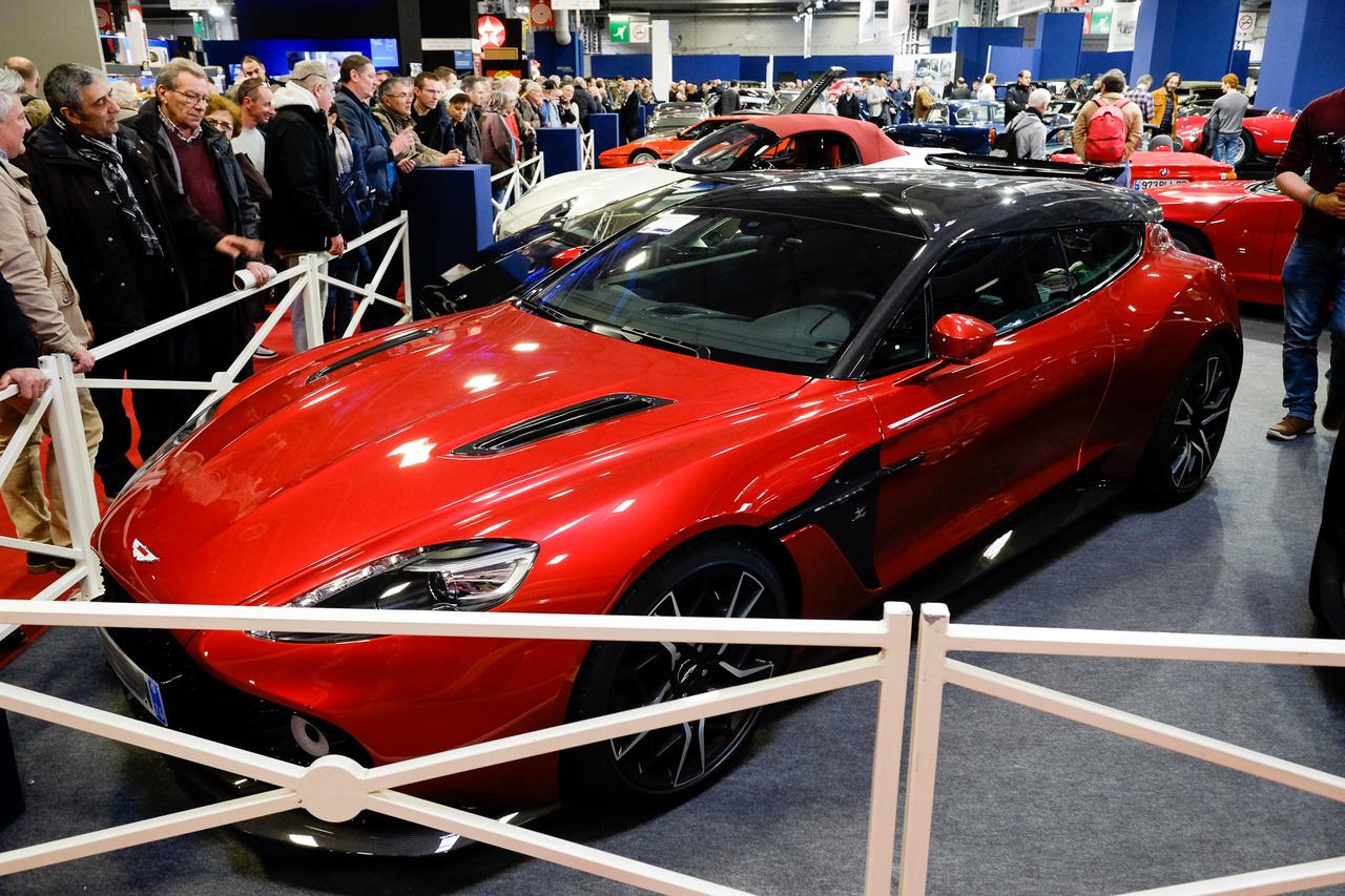 Aki nem ismerné, ez egy 2019-es Aston Martin Vanquish Zagato Shooting Brake. Ilyen Vanquish Zagatókból 99 példányt fognak gyártani összesen, a Shooting Brake a négy variáns közül az egyik, tehát elég rika madár lesz. Egyelőre csak egy-két darab létezik - az egyik épp a Rétromobile Artcurial aukciós ház tartotta árverésen szerepelt. 800 ezer és egymillió euró közé taksálták az árát, de végül nem kelt el