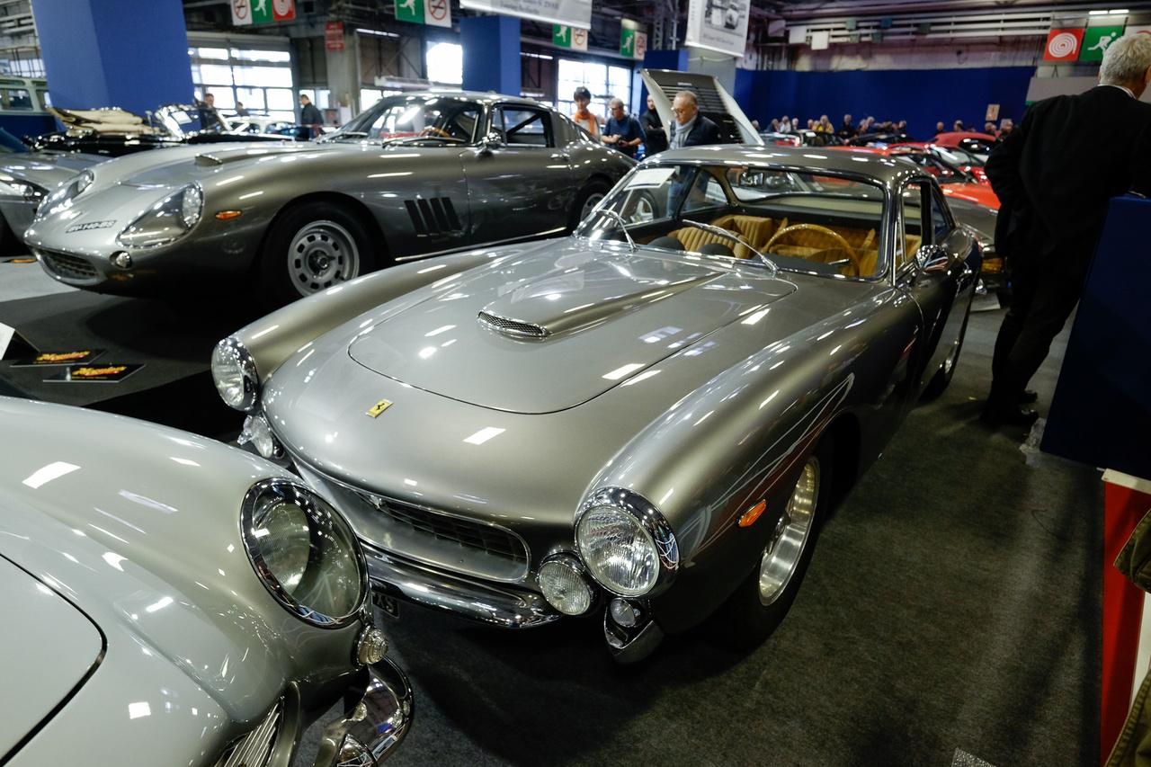 Ritka az a parkoló, ahol egymás mellett parkol két hatvanas évekbeli, orrmotoros, tizenkét hengeres, metálszürke Ferrari. Az Artcurial standján a 275 GTC (1966) és a 250 GT/L Lusso (1964). Előbbi nem érte el a 2,3-2,6 millió eurós irányárat (1,9 millió euró, azaz 600 millió forint volt a legmagasabb licit), utóbbit, az olcsót 977 ezer euróért (310 millió forint) viszont eladták