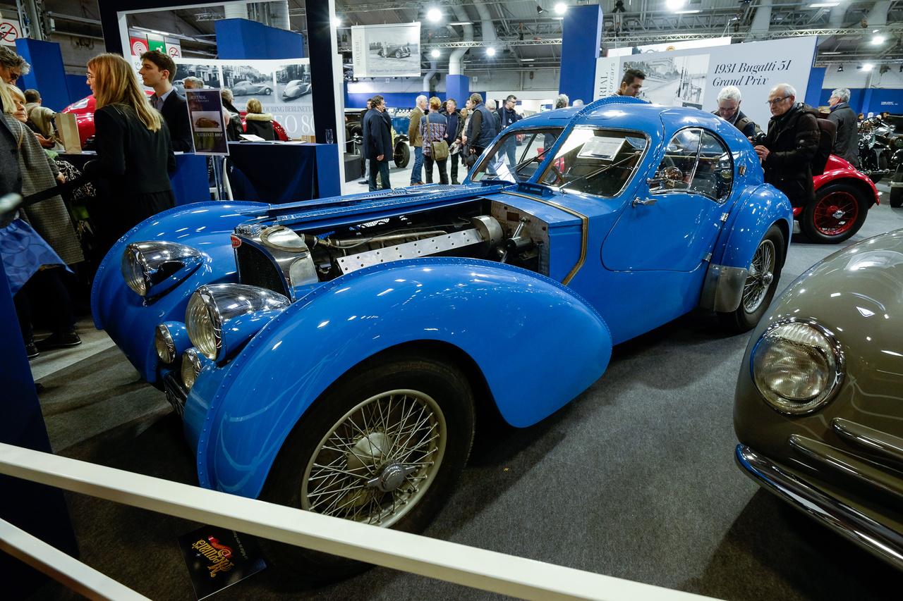Ilyen színű Bugatti Atlantic nincs, hiszen kettő létezik belőle, egyik se kék. Pedig ez az, pontosabban... egy utolsó csavarig stimmelő, eredeti T57-es szerkezetre épített, eredeti motoros Eric Koux-replika. Így is 800 ezer és 1,2 millió euró közé taksálták, de végül csak 680 ezerig jutott el