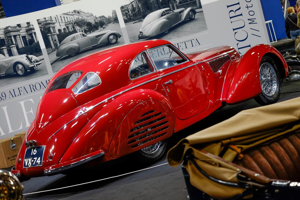 Azt Artcurial valaha legdrágább eladott autói közül ez a második a listán a maga 16,5 milliós leütési árával, igen, az 5,2 milliárd forint. Amúgy ezzel a publikusan eladott autók közül a 14. eddigi legdrágább, evör. Alfa Romeo SC 2900B Touring Berlinetta 1939-ből, összesen öt ilyet karosszált a Touring. Negyven évig egy holland tulajdonosnál volt, egy amerikai vette most meg
