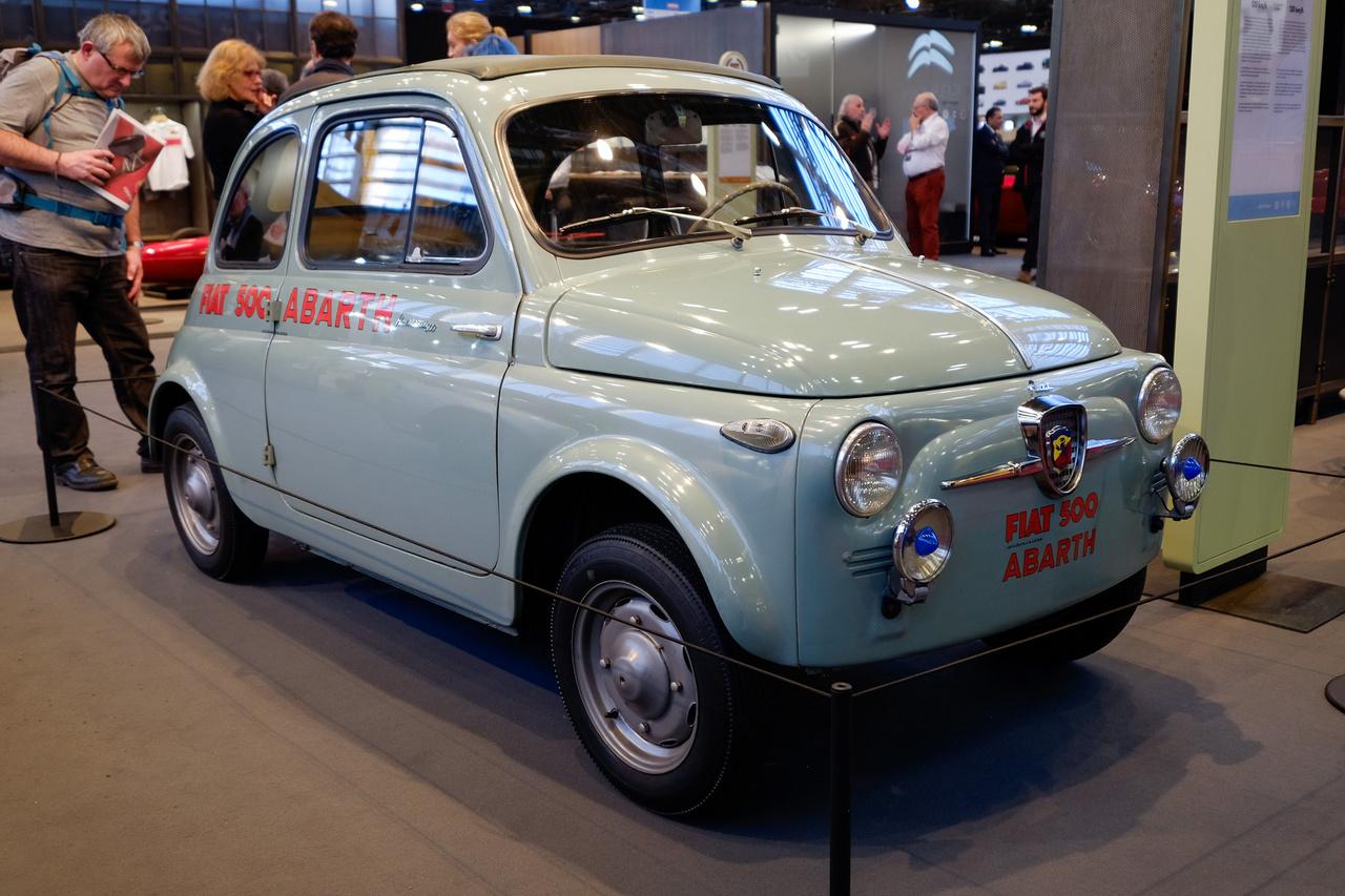 Hogy a sok kópia mellett azért néha lássunk egy eredetit is. A legelső Fiat 500 Abarth a nagyszériás modell gyártásának legelső évéből, 1957-ből. 17,5 helyett 26 lóerőre felhúzott motor, 95 helyett 118 km/h-s sebesség