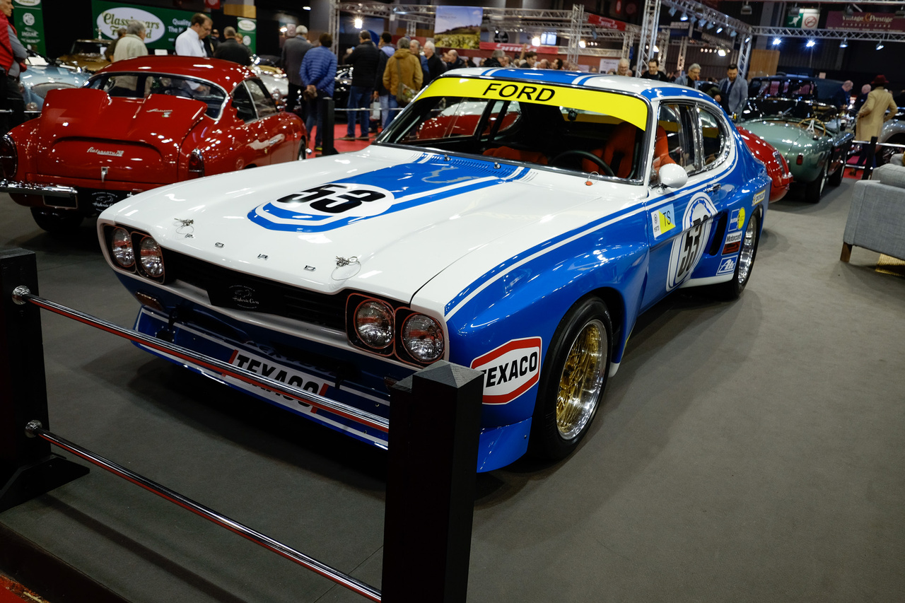 Igen, ez a Capri tényleg való a Ferrarik és Bugattik közé. Az 1972-es RS2600 egy Group 2-es versenyautó, amely első évében nyert az Európai Túraautó-Bajnokságon, majd 1974-76-ig az USA-ban versenyzett tovább. Ez itt ráadásul az egyetlen darab, amit beneveztek a Le Mans-i 24 órásra. A kocsi ma az 1973-as konfigurációjának felel meg, a karosszériája 95%-ban eredeti, a motorja is a bele való Weslake