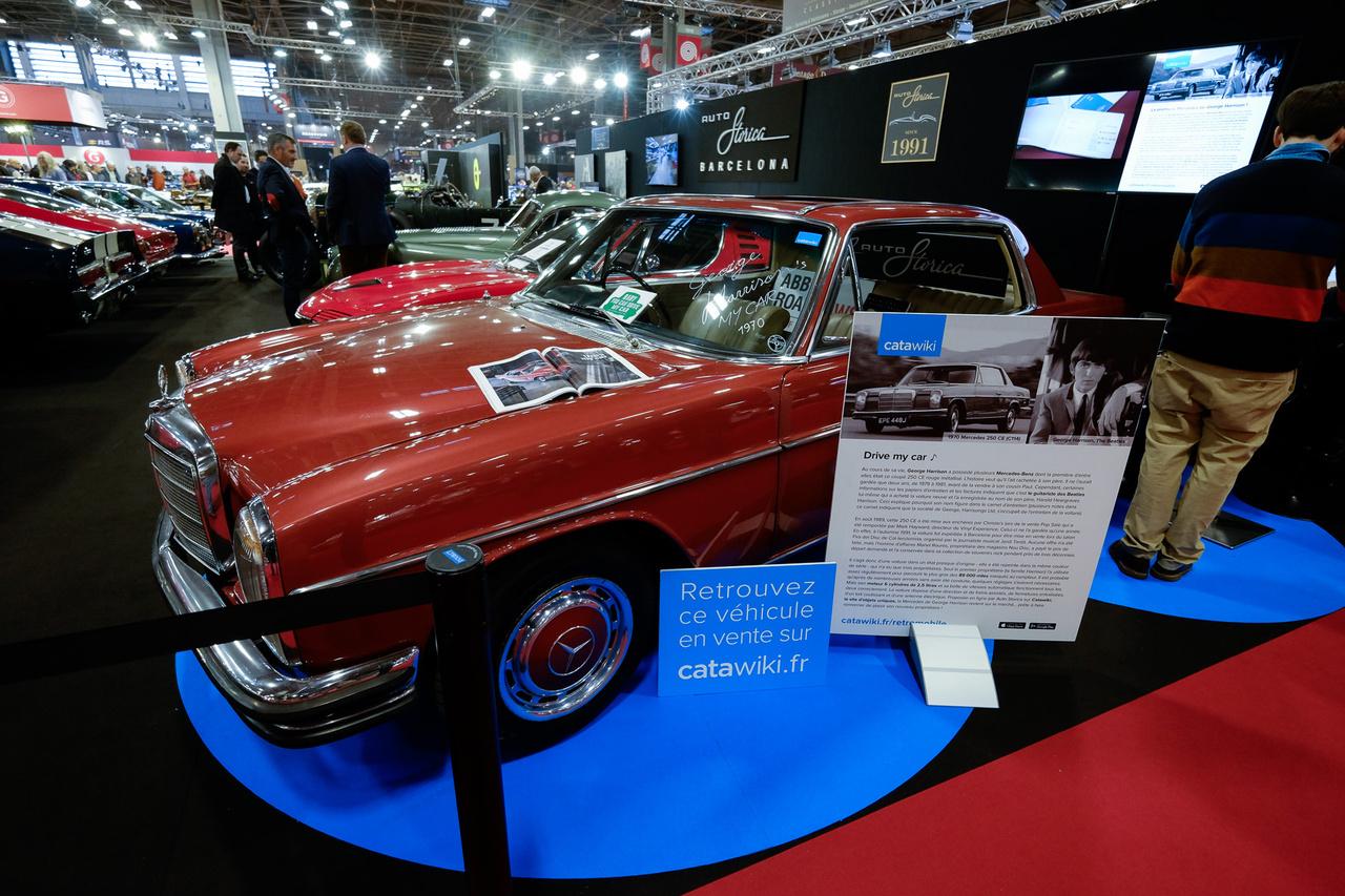 Nem valami különleges modell, de a tulajdonosa az: az 1970-es 250CE állólámpás kupé George Harrisoné volt a Beatlesből. Stílusosan állandóan a Drive My Car szólt belőle