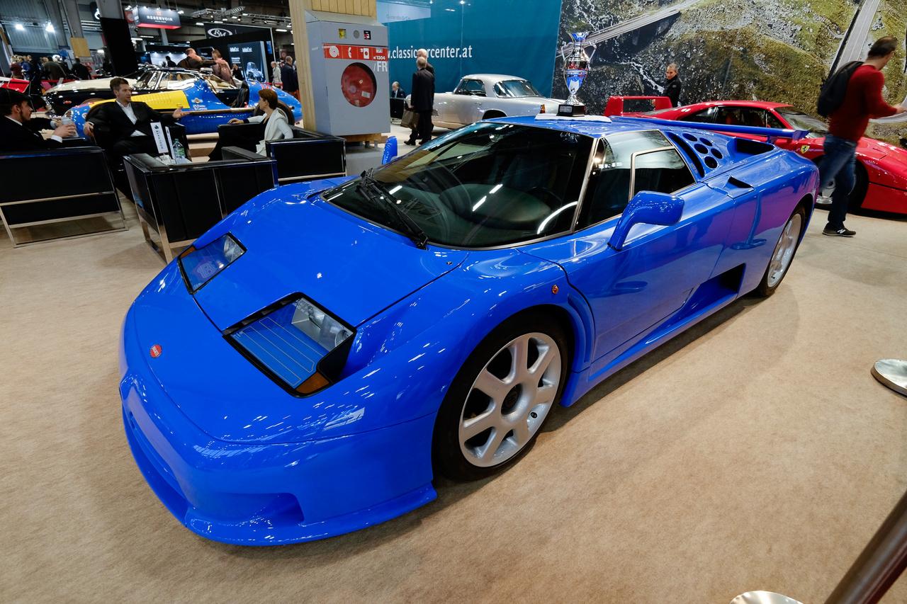 Monstanában nagyon megindult a sokáig mellőzőtt, kilencvenes évekbeli Bugatti EB110-esek ára felfelé, bár még mindig csak ötödannyit ér egy ilyen, mint a Veyron. Ez itt a 32 elkészült példány közül az utolsó. 15 ezer kilométer van az órájában, s megvan hozzá az eredeti túlélőkészlet is: bőröndök, pizsamák és az autótakaró is