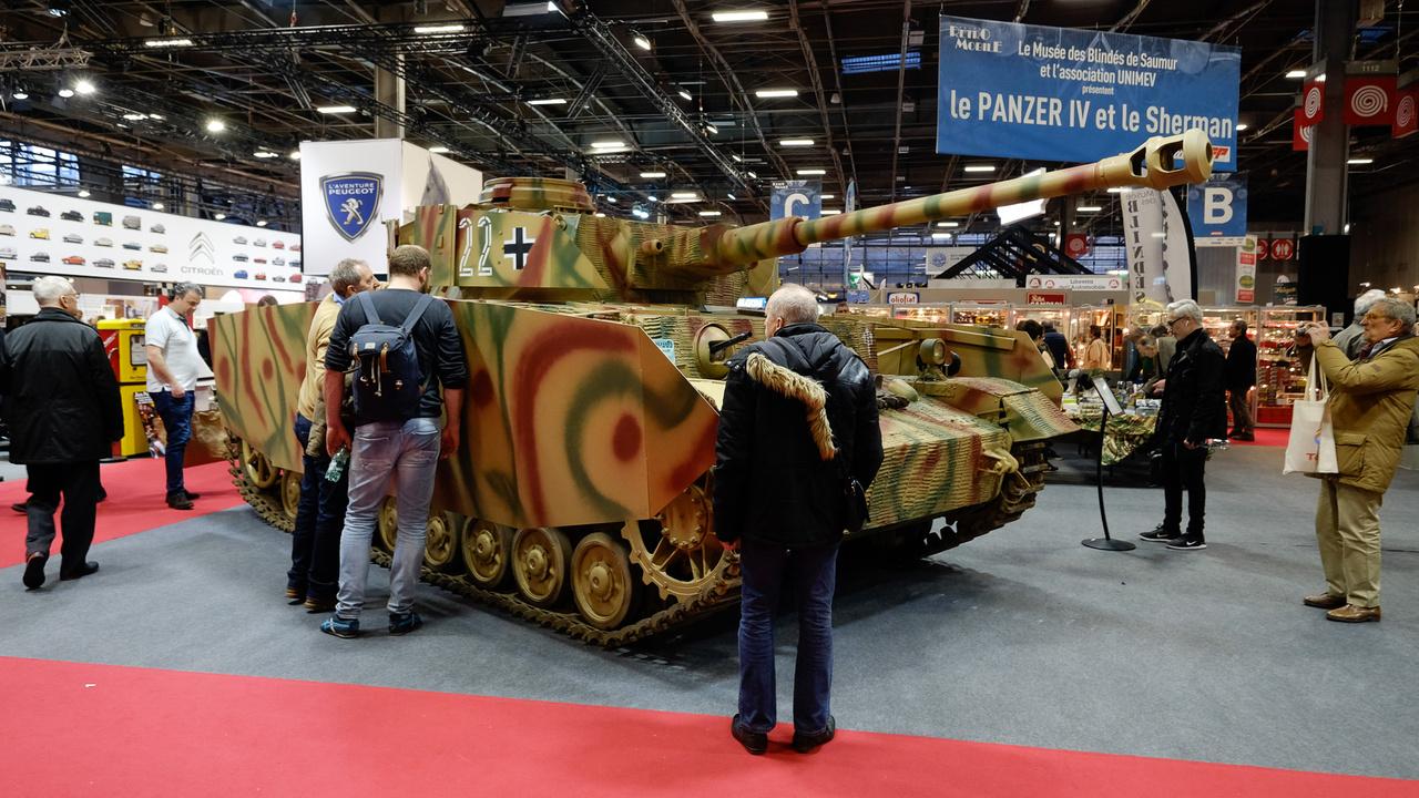 Két igazi, második világháborús tankot (tudom, harckocsi) is kiállítottak a nagy csarnok közepén. Az egyik egy Sherman volt, vele szemben pedig egy német Tigris IV, amely 1944, júniusában készült. Ez nem az óriási Királytigris, csak a középméretű, nagyszériás Panzer, 9000-et készítettek belőle. Azért olyan rücskös, mert bekenték őket egy vastag, vályogszerű (fűrészpor és ragasztóból készült) Zimmerit-bevonattal, hogy ne lehessen rájuk mágnesaknát tapasztani