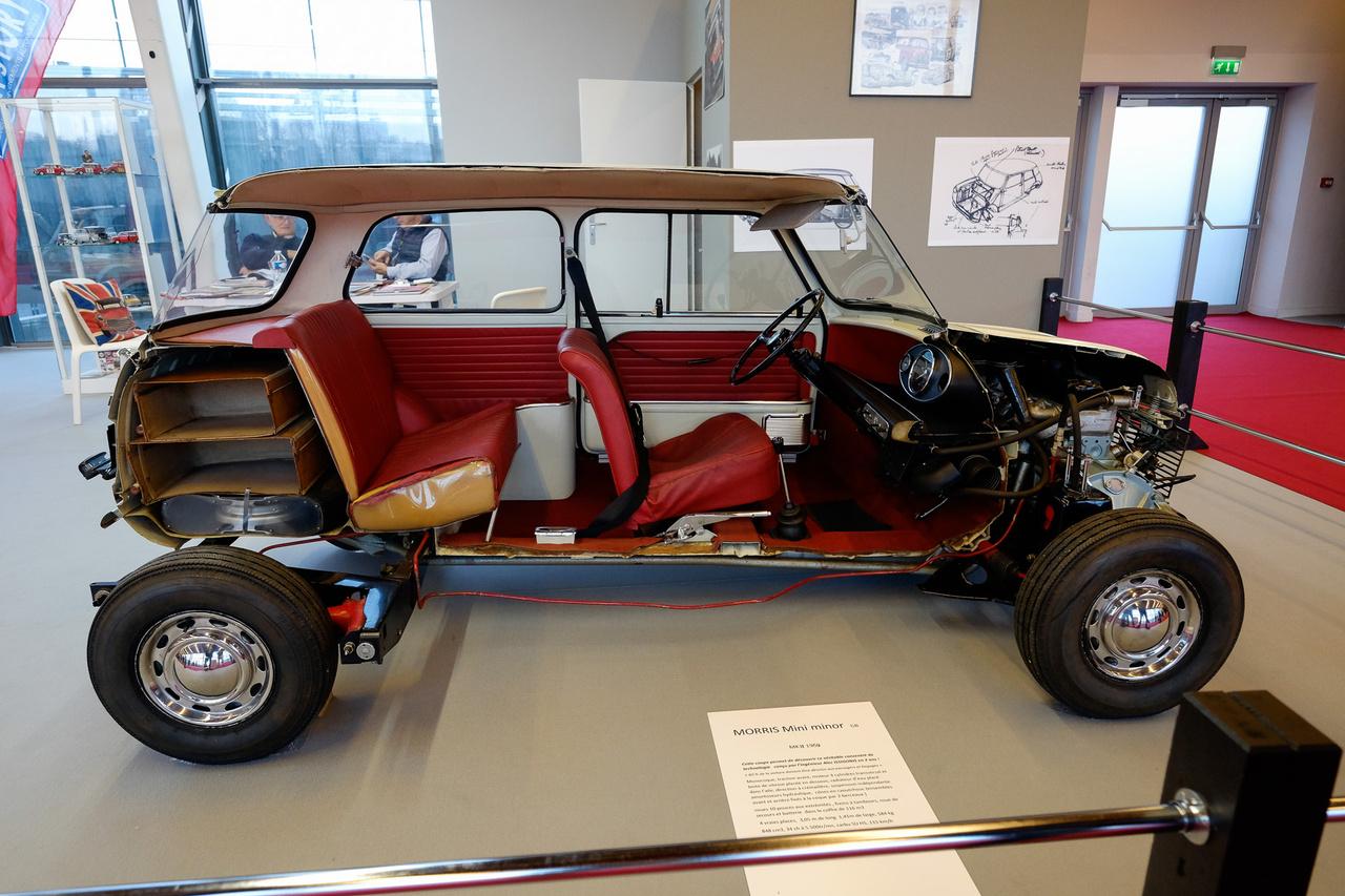 Aki lapozgatta az 1969-es Liener-féle Autótípusokat, az nyilván látta ezt a képet, s ha látta, valószínűleg sokat nézegette is. Félbevágott Mini, amin látszik Issigonis guru úr minden csomagolástechnikai zsenialitása