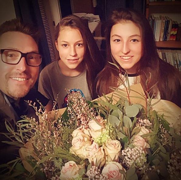 Ákos két lányával, a 14 éves Katával és a 17 éves Annával szelfizett. A lányok gyönyörű tinikké cseperedtek.